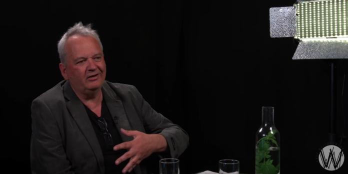Joost Niemoller in gesprek met Esther van Fenema in Café Weltschmerz